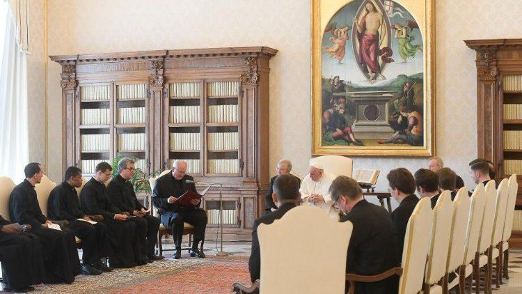 O Papa: as fragilidades são um lugar teológico. Os sacerdotes super-homens terminam mal