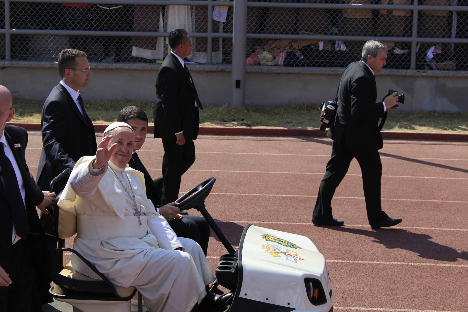 Papa telefona para mãe que perdeu seu filho em um acidente de trânsito