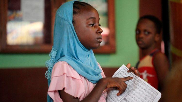 Homens armados sequestram 73 alunos de uma escola na Nigéria