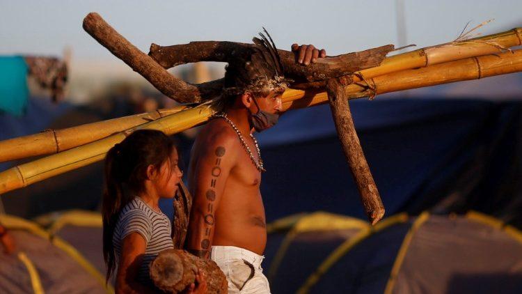 CNBB em solidariedade aos povos indígenas visita o acampamento Luta pela Vida