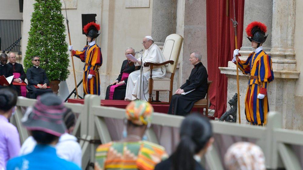 O Papa na Audiência Geral: é bom nos vermos face a face