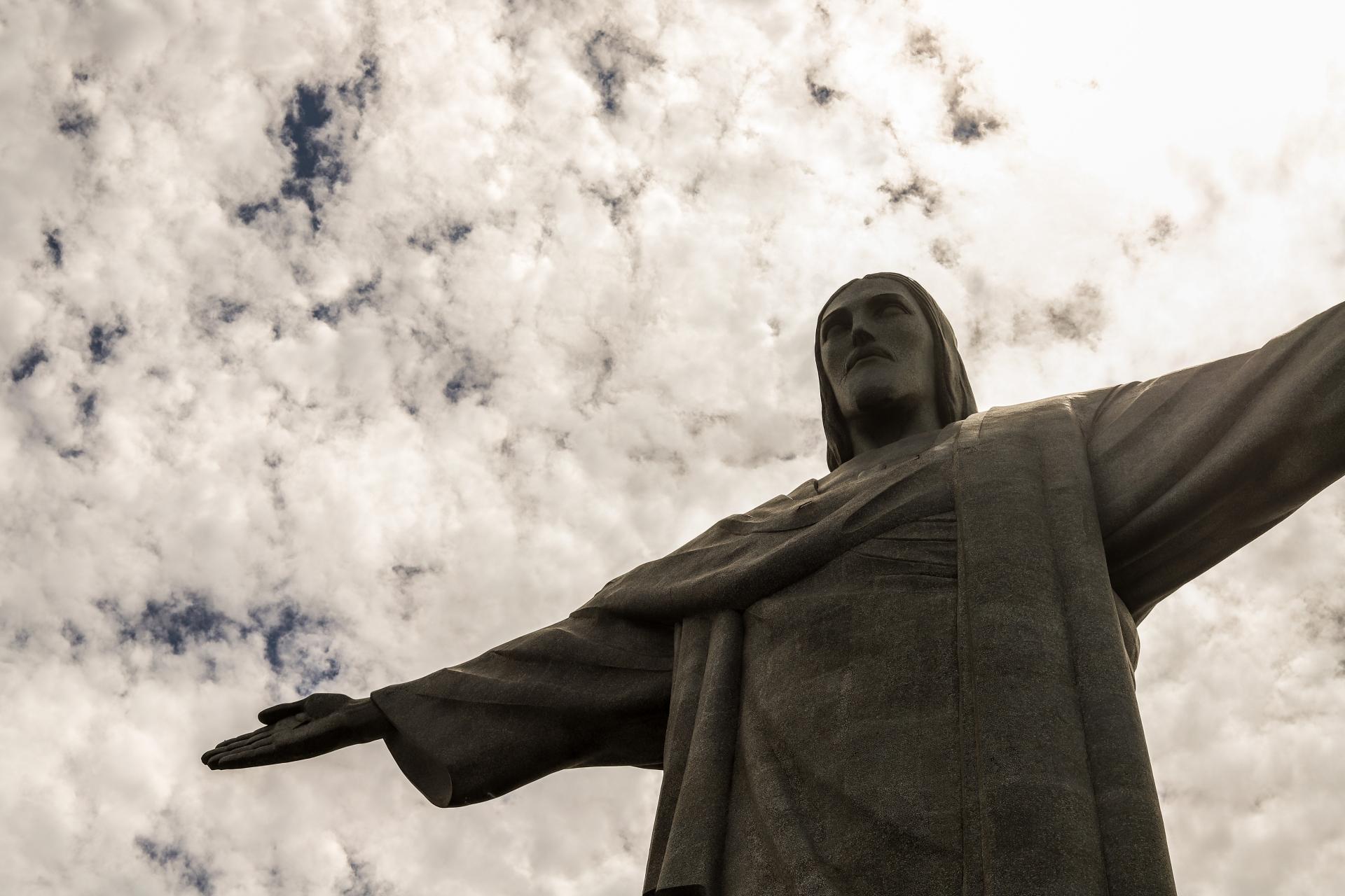 Aos pés do Cristo Redentor, Dom Orani reza pelos países atingidos por coronavírus