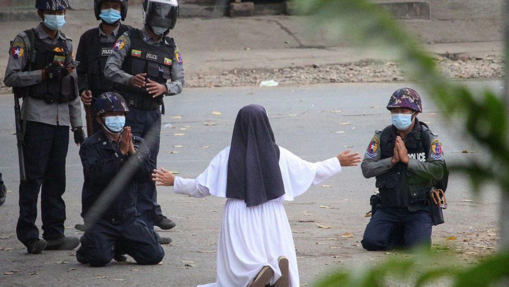 Papa: também eu me ajoelho nas ruas de Mianmar: pare a violência!