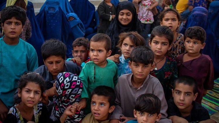 Afeganistão: aumenta a violência contra as crianças
