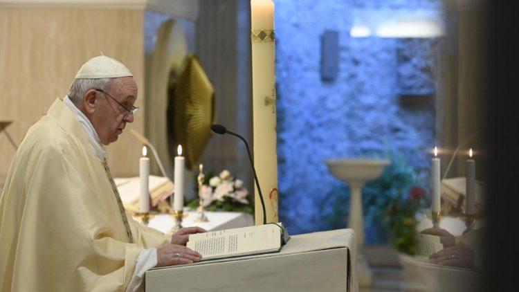 Próximo na distância: há um ano, a primeira missa ao vivo da Santa Marta