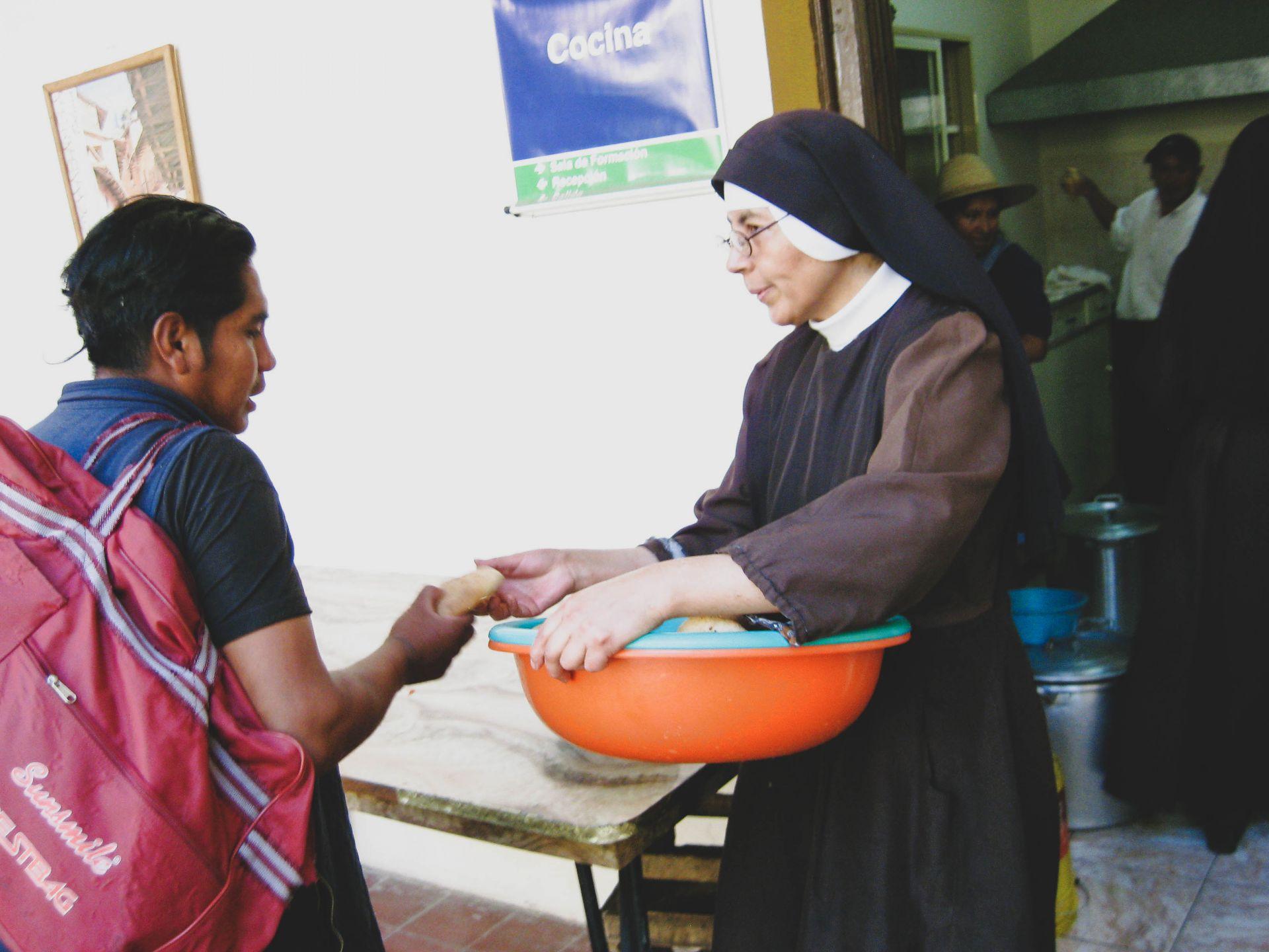 Religiosas distribuem comida e mensagens de ânimo na Espanha