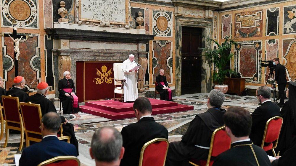 O Papa à Roaco: mostrar o rosto da Igreja com particular atenção aos pequenos e pobres