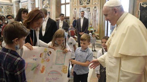 O Papa: a partilha abre caminhos de liberdade, renascimento e dignidade